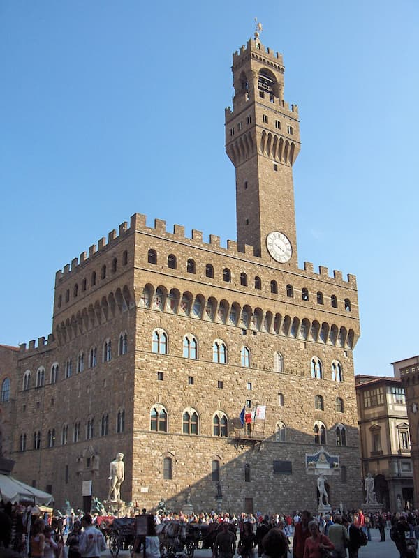 Fotografia di Palazzo Vecchio dall'esterno con cielo azzurro alle spalle
